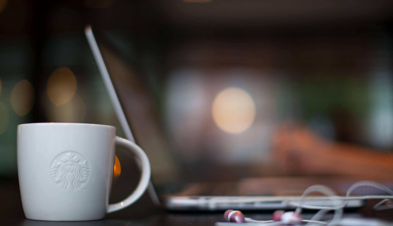 Weiße Kaffeetasse von Starbucks®