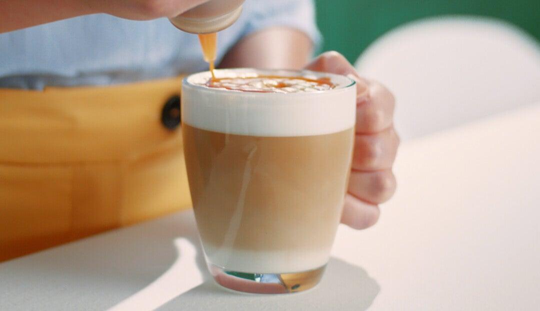 Cremiger Kaffee im transparenten Becher