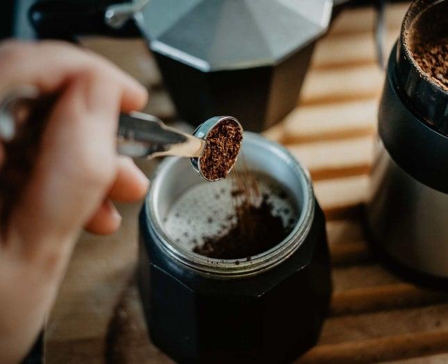 Kaffeepulver aus dem Glas