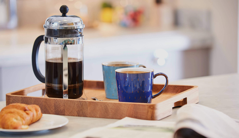 Vasoio con tazze di caffè